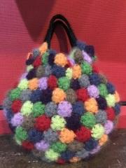 ニットのいろんな色の◎が集まったバッグ