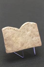 金属作家の秋野ちひろさんが作ったブローチです