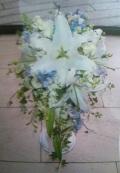 白ユリと青小花のキャスケードブーケ