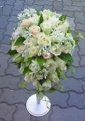 白・淡ピンク系バラのショートキャスケードブーケ