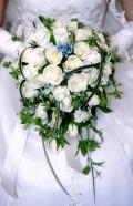 白バラとブルースターのショートキャスケードブーケ