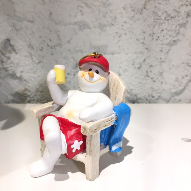ハワイアンクリスマスオーナメント/ベンチでジュースのスノーマン
