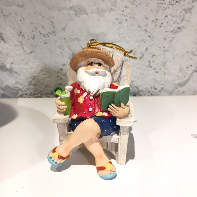 ハワイアンクリスマスオーナメント/ベンチで読書のサンタさん