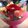 赤やオレンジの花で大人っぽい花束です♪