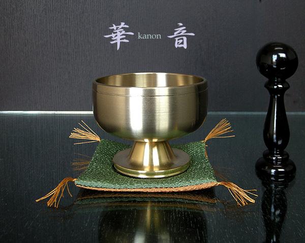 [かのん]高台りん2.3寸 = 磨き上げられた金・自立するスタイリッシュなモダンおりん(リン棒付き)