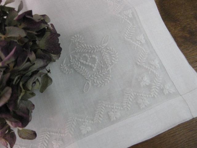 イニシャル刺繍入りハンカチーフ(B)