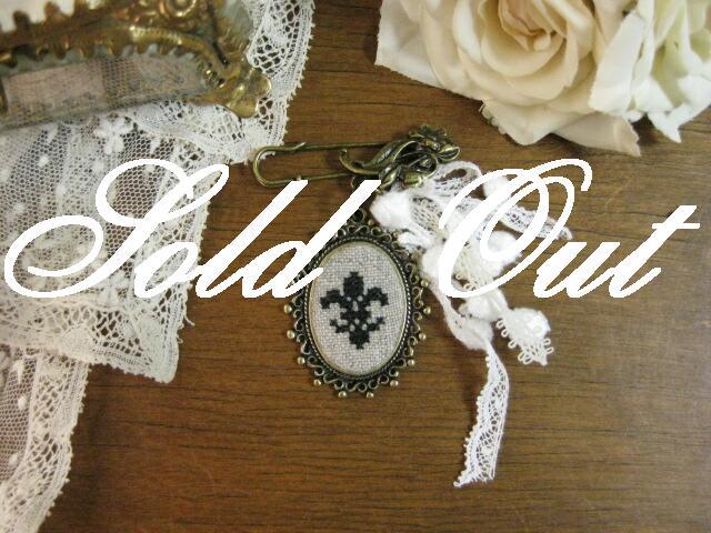 ハンドメイド モチーフ刺繍とアンティークレースのブローチ(Noir)