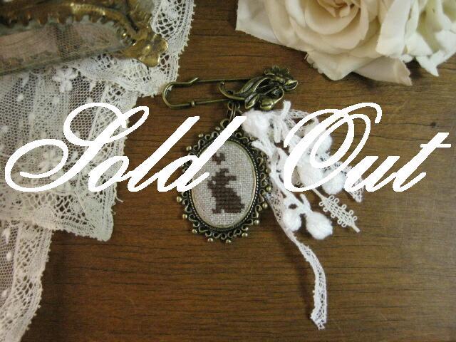 ハンドメイド ラパン刺繍とアンティークレースのブローチ(Marron)