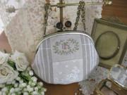 フランスリネンアンティークレースとWイニシャル刺繍入りがまぐちプティバッグ(Blanc)