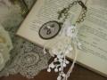 イニシャル刺繍とアンティークレースのバッグチャーム(Marron/A)