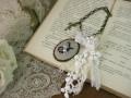 イニシャル刺繍とアンティークレースのバッグチャーム(Noir/J)