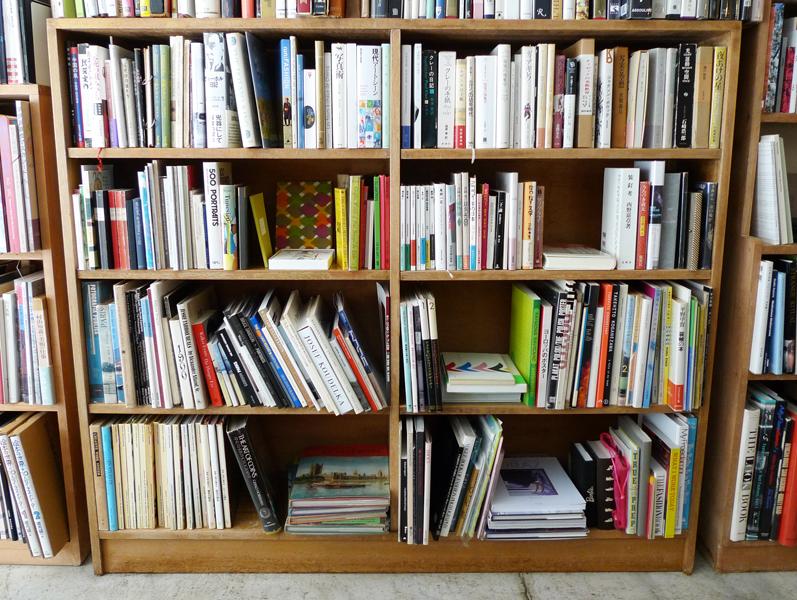 横長の本棚