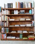 古い木の大きな本棚