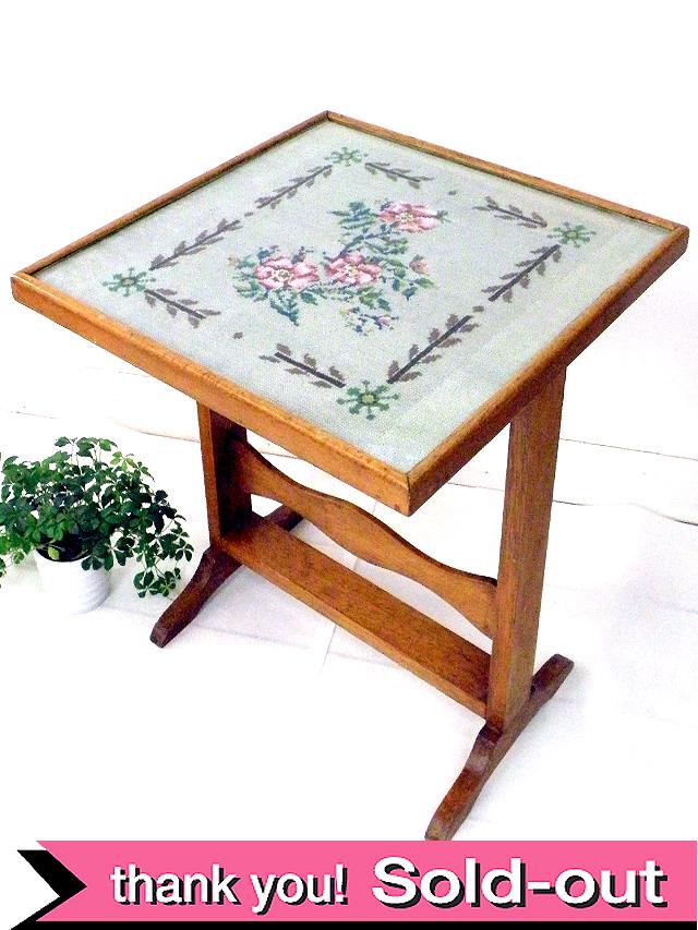 1950年代:刺しゅうのバラの園♪珍しい折りたたみ式のサイドテーブル