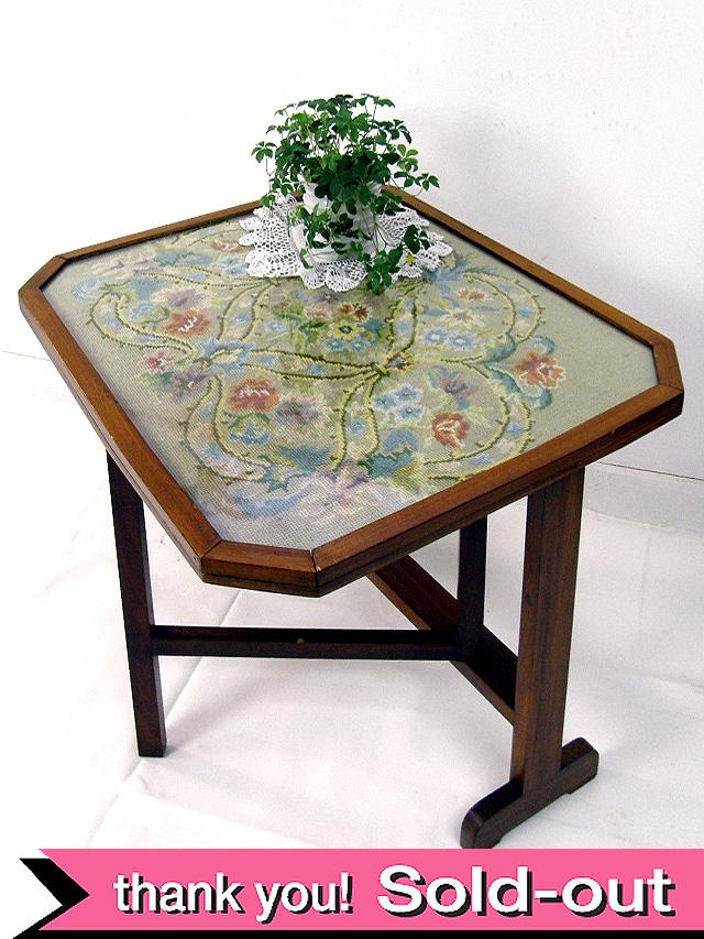 1940年代:刺しゅうの花園♪珍しい折りたたみ式のサイドテーブル