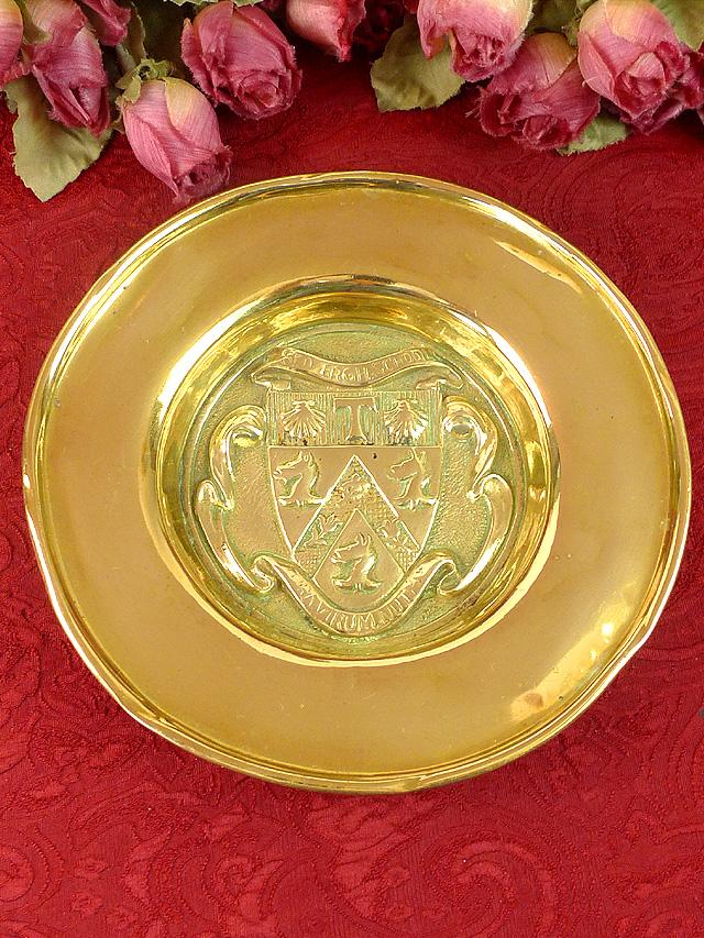 1930年代:無垢の真鍮細工が美しいアートフルな英国アンティークの飾り皿