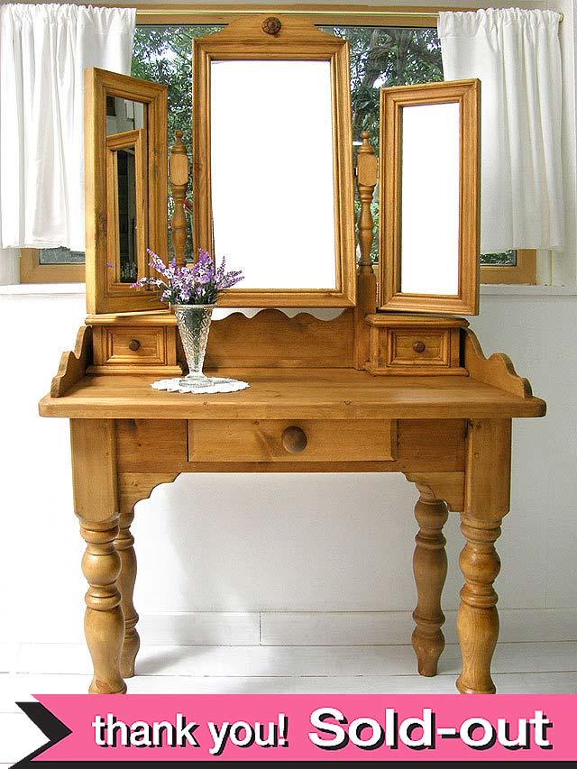<英国オールドパイン家具>分厚い無垢のオールドパインで作られた三面鏡のドレッサー