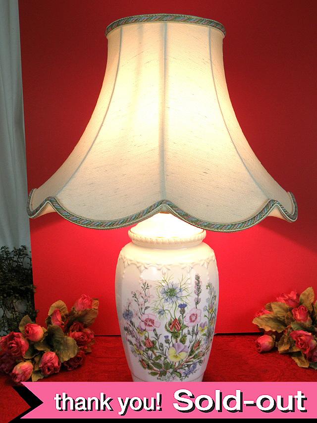 <エインズレイ>イングリッシュガーデンのお花たち♪優雅なフォルムの陶器で作られた英国のランプ