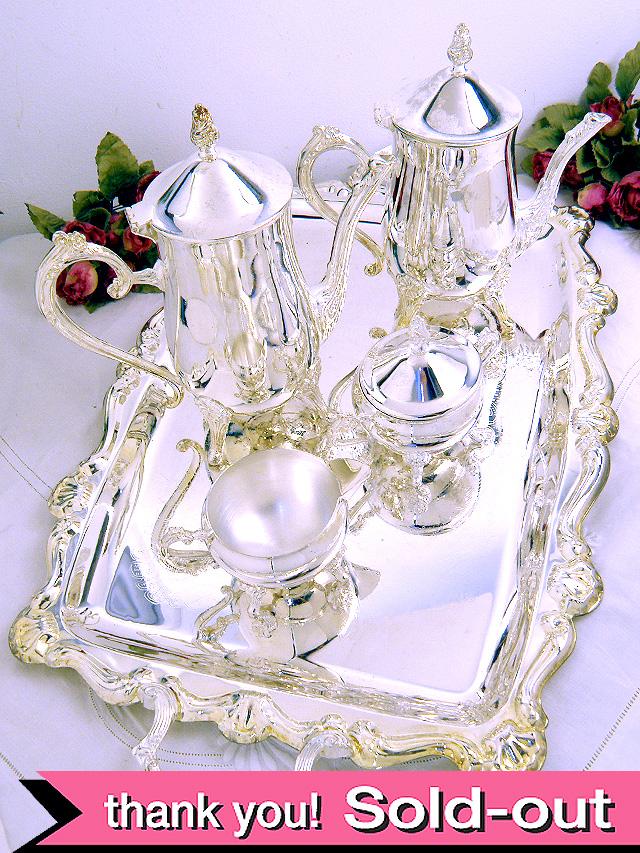<英国銀器>銀細工が美しいティー&コーヒーポット、シュガーボウル&ミルクジャグ、銀盆の5点セット