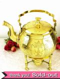 1910年代:優雅な真鍮細工が美しいオイルランプ付のティーケトル