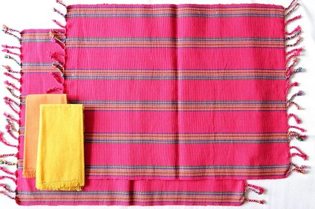 メキシコ雑貨,オアハカ州,手織りランチョンマット,赤,2枚セット,オレンジとイエローのナプキン付き