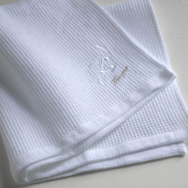 オリジナルタオル、『カステル』。小さなワッフル織りのタオルに、幸福のモチーフであるヤドリギの刺繍を施しました。