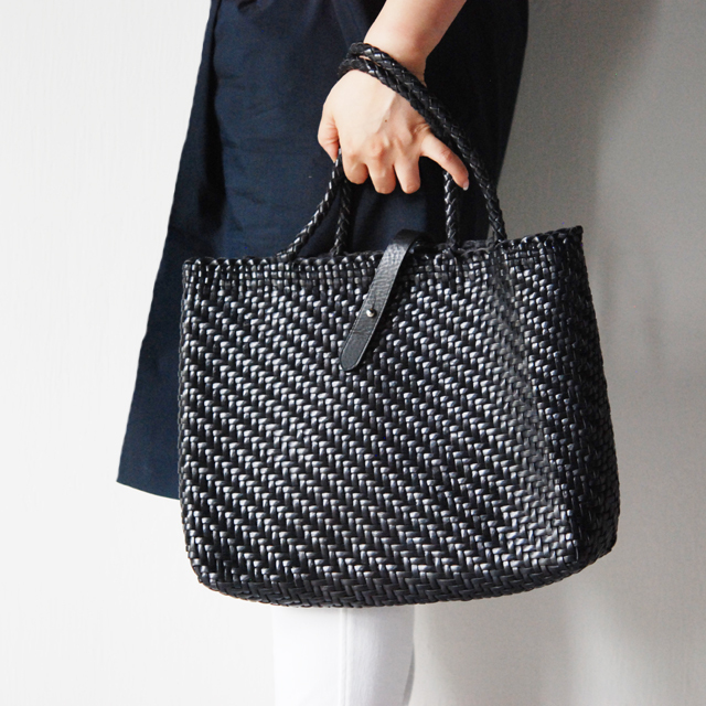 DRAGON 熟練した職人の編みこみによるレザーメッシュが特徴的なブランド。