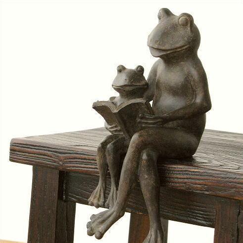 親子カエル 置物 インテリアオブジェ 蛙 置き物 フロッグ 親子で読書のカエルさん