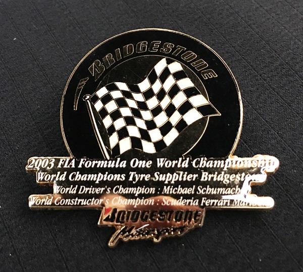 ブリヂストン 2003 F1 ワールドチャンピオンシップ タイヤサプライヤー獲得記念ピンバッチ サイズ:縦5.6cm×横6.3cm
