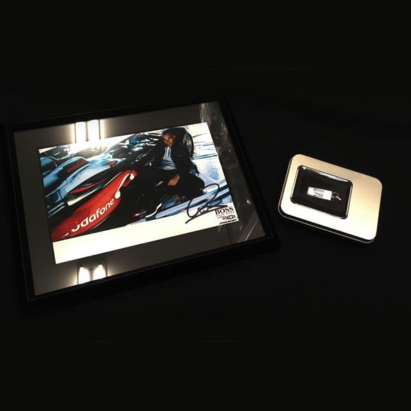 L.ハミルトン 直筆サイン入 マクラーレン×HUGOBOSS パートナー30周年記念記念カード(記念USBメモリ付き)