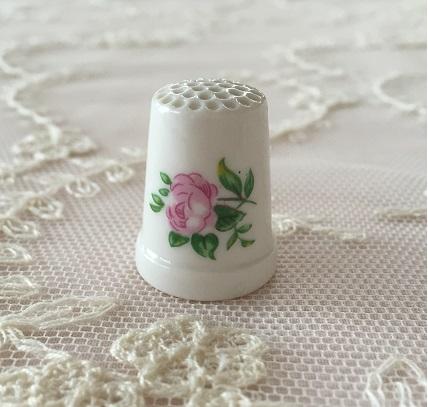【アンティーク雑貨】【陶器】【薔薇柄】【シンブル】【メール便可】薔薇柄の陶器シンブル C