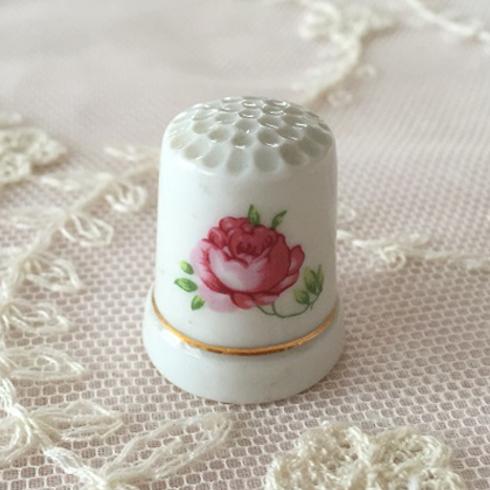 【アンティーク雑貨】【陶器】【薔薇柄】【シンブル】【メール便可】薔薇柄の陶器シンブル A