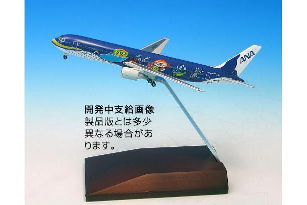 ANA MRJ90 ANA Inspiration of JAPAN ダイキャスト(新金型) 木製台座 ギア付き  1:200  [MR29007] 全日空商事
