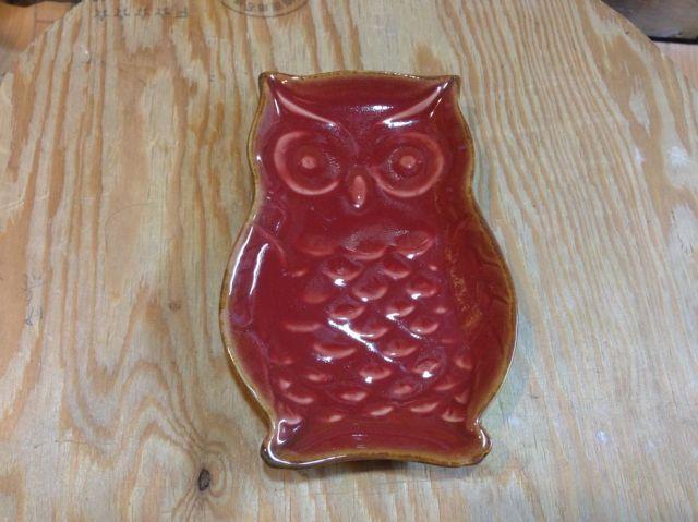 """雑貨"""" フクロウのお皿  陶器製  赤色  小サイズ"""
