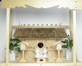 神棚 茅葺三社宮 普及型(大)〈K-7〉+神具セット(ハーフ・中)+神棚板+雲板(大)のセット