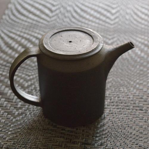 小野俊 黒鉄釉ポット 筒