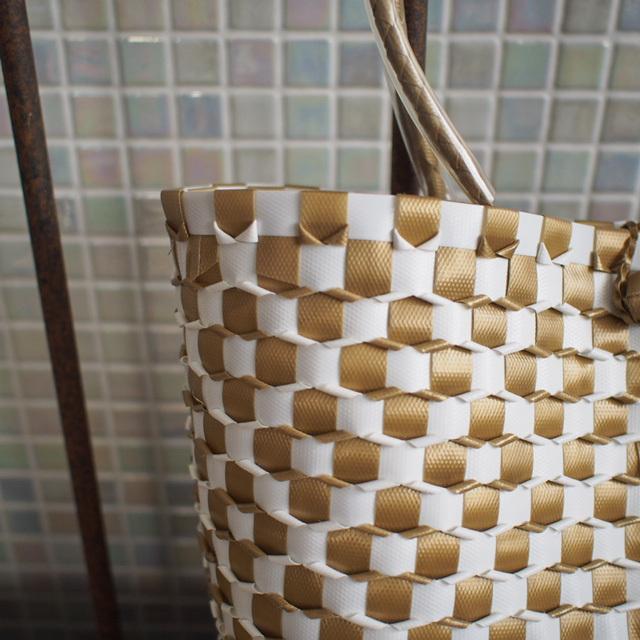 B0043 うろこ編みのプラカゴ   花菱 S (白×金色)
