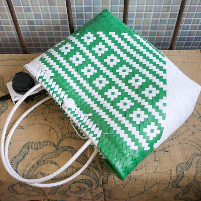 C0347  PPバンドのプラカゴ☆ジグザグ編みのななめ幾何学柄  M (白×緑)A