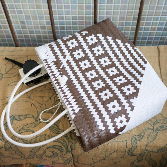 C0356  PPバンドのプラカゴ☆ジグザグ編みのななめ幾何学柄  M (白×焦げ茶)B