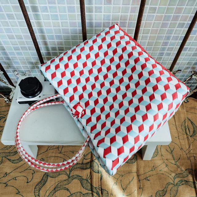 e0005 3Dのひし形斜め編みのプラかご S (白×赤×水色)