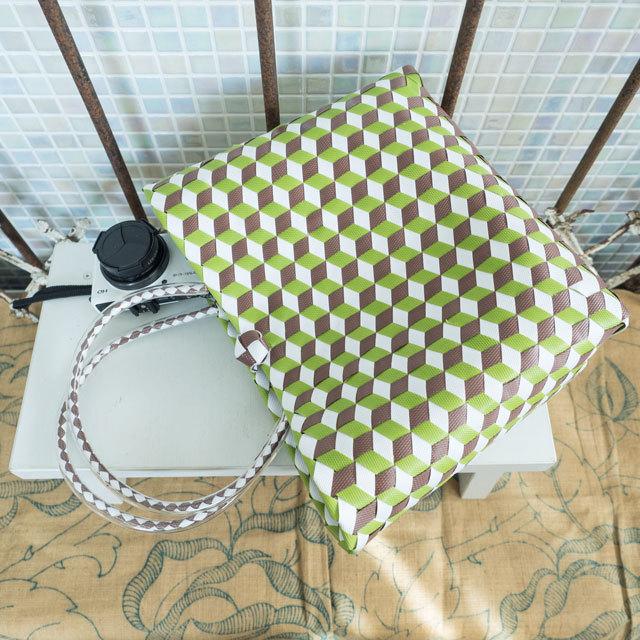e0003 3Dのひし形斜め編みのプラかご S (白×黄緑×焦げ茶)
