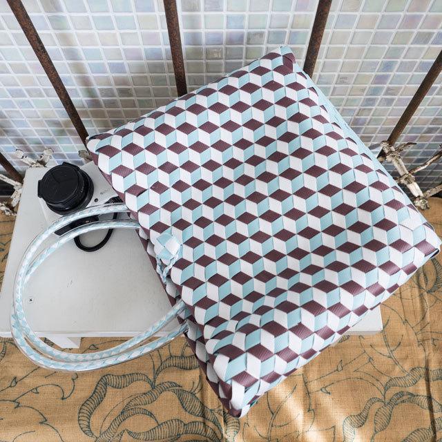 e0002 3Dのひし形斜め編みのプラかご S (白×水色×焦げ茶)