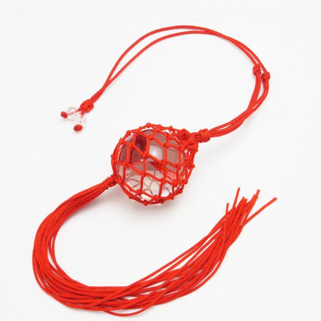 赤色のネットに入った水晶玉(f50015)