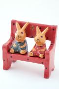 ベンチにおすわりペアアニマルの木製置物(ウサギ)