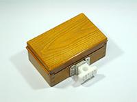 篭定エサ箱ホルダー装着イメージ・・・篭定エサ箱取付シマノ純正部品対応ステンレスステーセットが付いたエサ箱に装着いたしました。