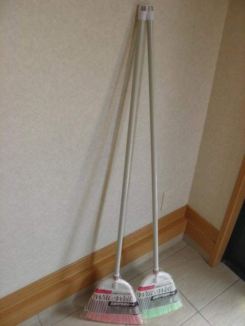 ナイロン長柄ほうきのソフトタイプ玄関周りに水気のある溝掃除に