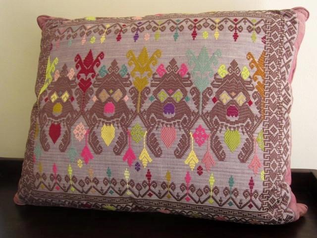 ソンケット(浮き織り)製 ボマクッション(長方形タイプ/パープル/中綿入り)SP015