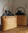オウルハウスオリジナル アタバッグ(Mサイズ・模様編み・草木染めバティックチャップ(ジャワ更紗)内布:インディゴブルー/ブラック)AB101