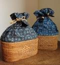オウルハウスオリジナル 巾着型アタバッグ(Sサイズ・模様編み・草木染めバティックチャップ(ジャワ更紗)内布:インディゴブルー/ブラック)AB103