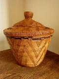 アタ製 蓋付きつぼ型バスケット(スモールサイズ・模様編み・黒モチーフ)AT088